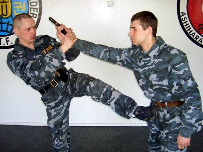 Борьба с вооруженным охранником